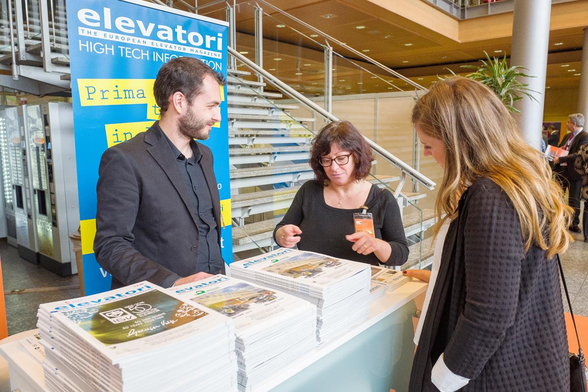 La redazione della rivista Elevatori Magazine durante un evento