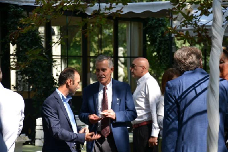 Il neoeletto presidente Gianni Robertelli parla con gli associati