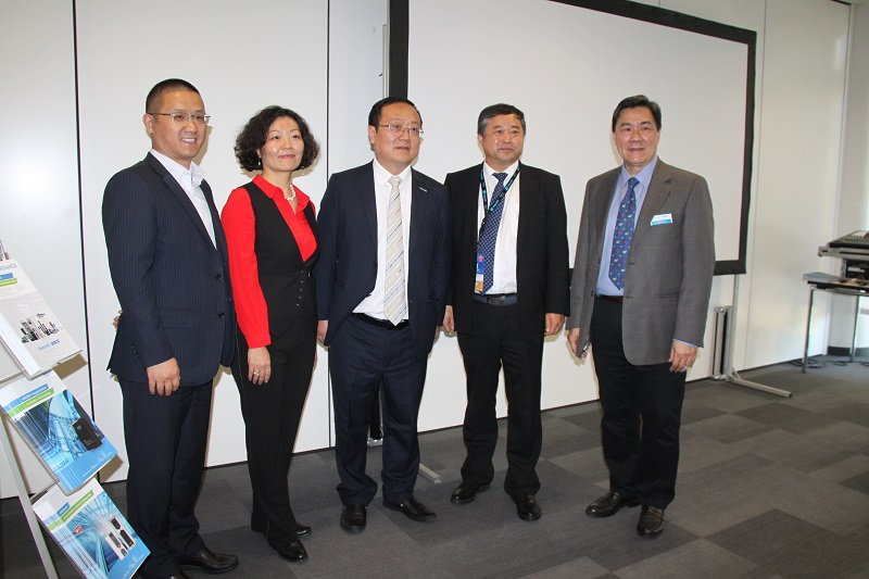 Da sinistra a destra: Mr Feng CT, General Manager Monarch, Mrs Shelley Zhou, Sales director BST, Mr Bob Shao, CEO of Monarch BST and VP on Inovance, Mr Zhang Lexiang, Secretary General of the China Elevator Association and Mr Chris Fong, MAnaging Director, International Buniness, Inovance